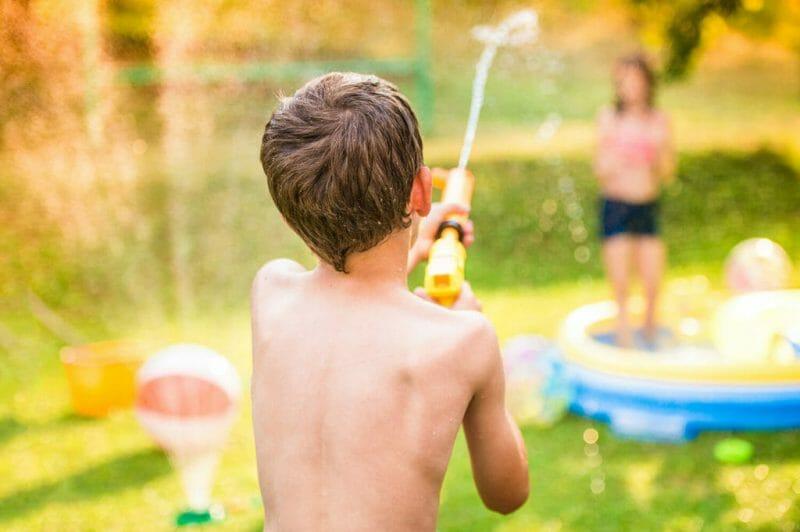 niños-jugando-con-el-agua